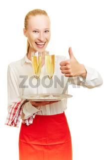 Kellnerin mit Sekt hält Daumen hoch