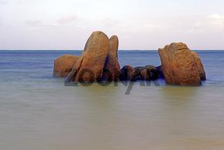 Granitfelsen im Meer am frühen Morgen, Langzeitbelichtung, Grand