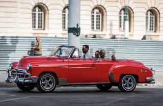 Rotes Oldtimer Cabriolet fährt in Havanna Cuba