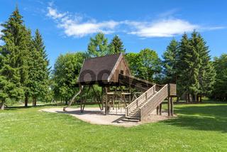 Spielplatz mit Holzhaus