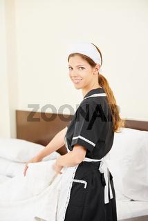 Zimmermädchen bei der Zimmerreinigung