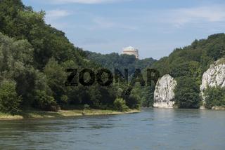 Donaudurchbruch bei Kelheim mit Blick auf die Befreiungshalle
