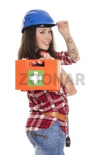weiblicher handwerker mit notfallkoffer