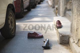 Schuhe auf dem Gehweg, Budapest, Ungarn
