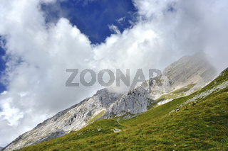 Wolkenverhangene Berge am Col de la Colombière