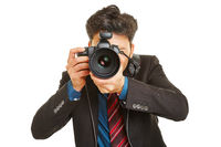 Mann beim Fotografieren mit Kamera