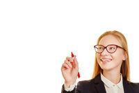Blonde Geschäftsfrau mit Rotstift