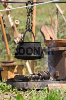 Kochtopf überm Lagerfeuer - Hexenkessel