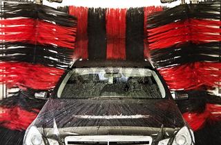 Fahrzeug in einer Autowaschanlage