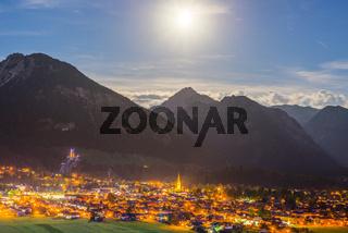 Oberstdorf bei Nacht und Vollmond, Allgäuer Alpen, Allgäu, Bayern, Deutschland, Europa