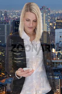 Business Frau Geschäftsfrau mit Smartphone Handy Doppelbelichtung