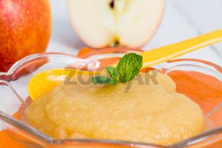 Apfelmus mit Zimt und orangenen Löffel