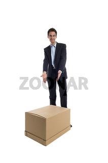 Businessmann mit Box in der Hand