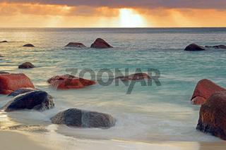farbenprächtiger Sonnenuntergang am Anse Lazio, Langzeitbelichtu