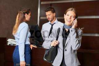 Geschäftfrau telefoniert nach dem Check-In