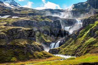 Der Klifbrekkufossar Wasserfall im Mjoifjordur Fjord in Island