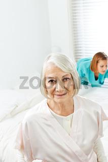 Seniorin mit Haushaltshilfe zu Hause