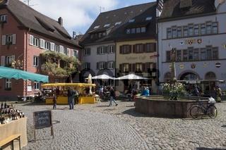 Marktplatz mit Brunnen in der historischen Altstadt von Staufen