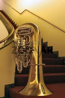 tuba auf der treppe