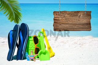 Strandspielzeug, Badelatschen und großes leeres Holzschild