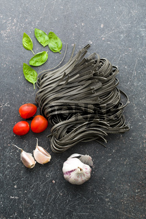 noodles, garlic, tomatoes and basil leaves