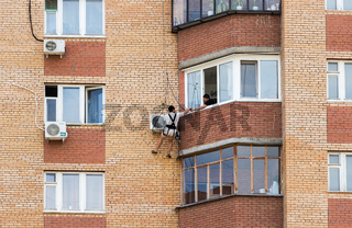 Mounting the air conditioner on the wall of an apartment house