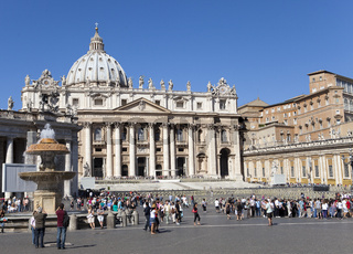 VATICAN- SEPTEMBER 20: A crowd of tourists visit square before St. Peter's Cathedral