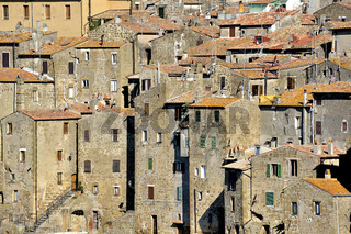 Pitigliano, schmale Hochhäuser aus Tuffstein, Toskana, Italien