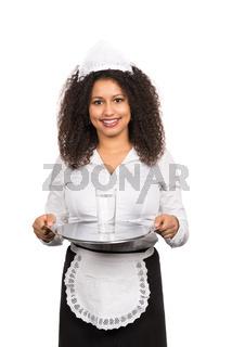 Bedienung serviert ein Glas Wasser