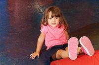 Kind beim Kinderturnen in einer Turnhalle