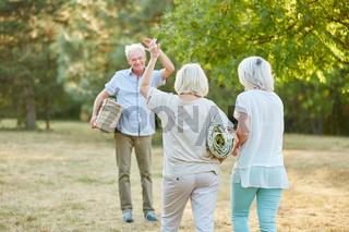 Gruppe Senioren trifft sich zu einem Picknick