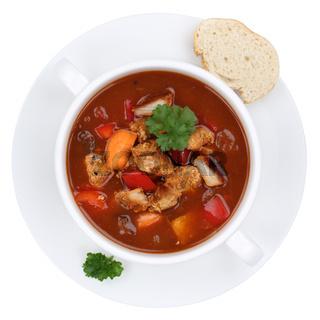 Gulasch Suppe Gulaschsuppe Suppentasse mit Fleisch und Paprika Freisteller von oben
