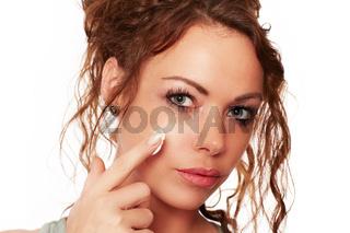 Frau traegt eine Gesichtscreme auf