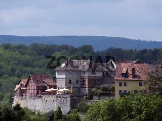 Fachwerkhäuser mit Gastronomie auf dem Münzenberg in Quedlinburg gegenüber dem Burgberg