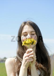 junge Frau mit Löwenzahn