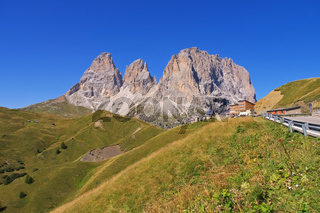 Langkofel und Plattkofel in Dolomiten - mountains Langkofel and Plattkofel in Dolomites