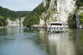 Personenschiff im Donaudurchbruch beim Kloster Weltenburg