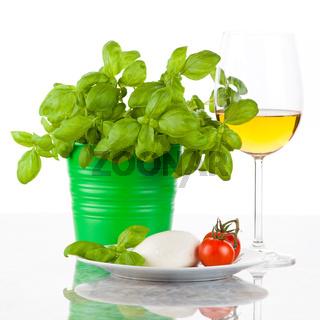 Mozzarella mit Tomaten, Basilikum und Wein