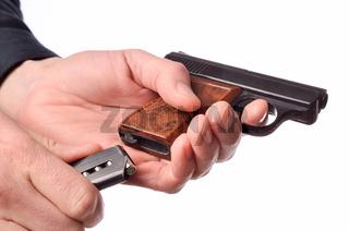 Laden einer Handfeuerwaffe