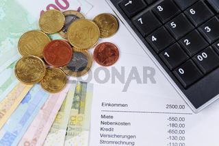 Euroscheine und Münzen mit Tabelle und Taschenrechner