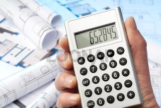 Taschenrechner und Baupläne
