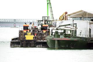 Industrieschiffe am Rhein