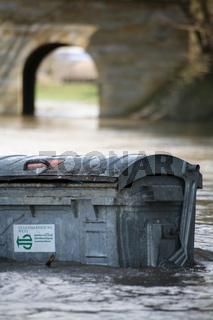 Müllcontainer im Wasser