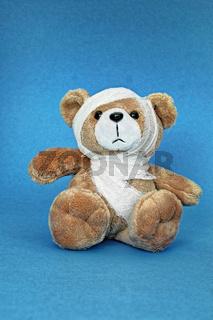 verletzter Teddybaer mit einem Verband