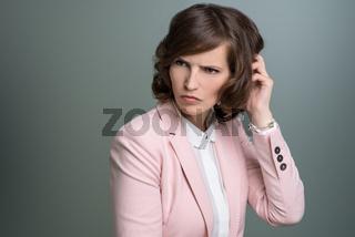 Junge Frau schaut verdutzt oder perplex