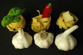 Nudelnester mit knoblauch, basilikum und peperoni
