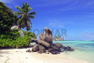 Kokospalmen und Granitfelsen am Traumstrand Anse Royal,   Insel