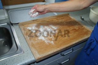 Küchel backen, Nudelbrett mehlen