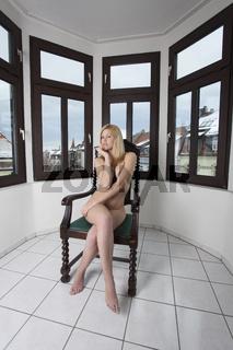 nackte Frau auf einem Sessel