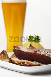 Schweinbraten mit Knödel und Weizen Bier
